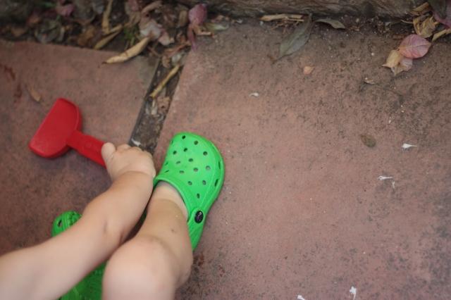 Jugando con crocs.JPG