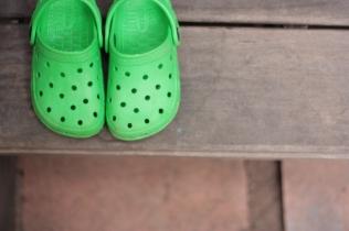 Zapatos tipo crocs niño